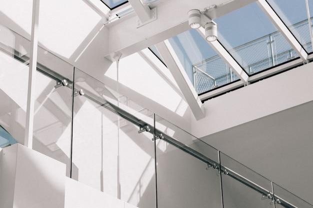 Низкий угол выстрела современного интерьера здания с белыми стенами, касаясь неба Бесплатные Фотографии