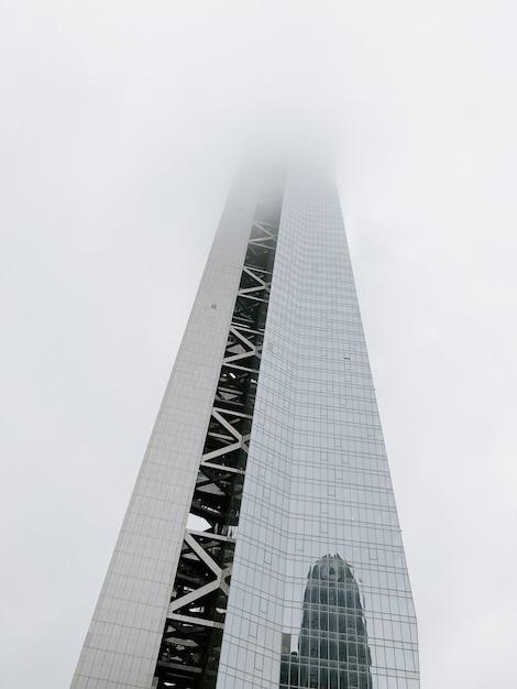 霧に覆われた近代的な高層ビルのローアングルショット 無料写真
