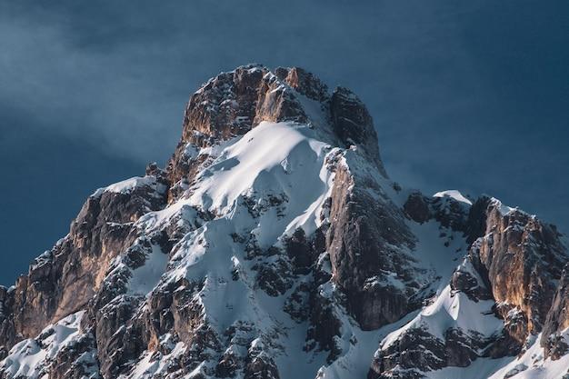 冬の山脈と青空の一部のローアングルショット 無料写真