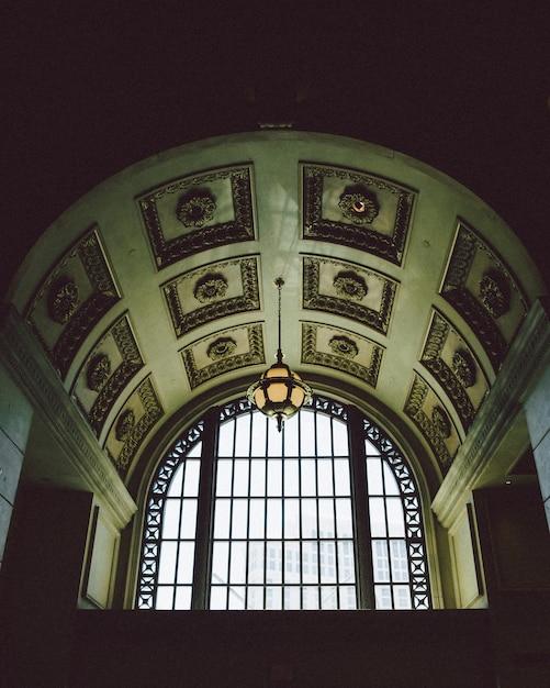 パターン化された灰色のコンクリートの建物の天井のローアングルショット 無料写真