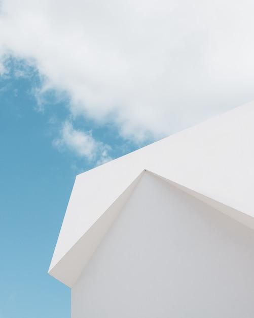 구름과 푸른 하늘 아래 흰색 건물의 낮은 각도 샷 무료 사진