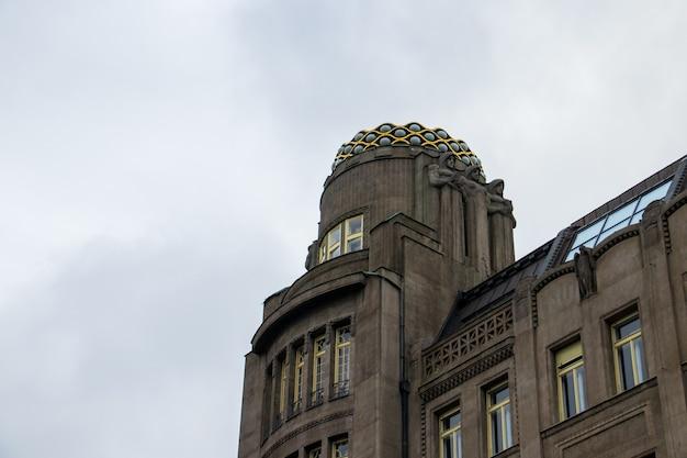 체코 프라하의 바츨라프 광장에 아트 데코 건물의 낮은 각도 샷 무료 사진