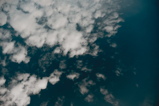 濃い青空の雲のローアングルショット 無料写真