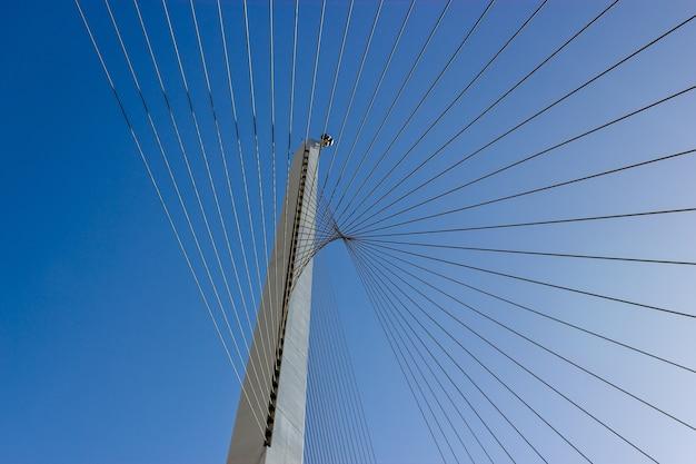 Снимок стальных тросов под низким углом и ясное голубое небо Бесплатные Фотографии