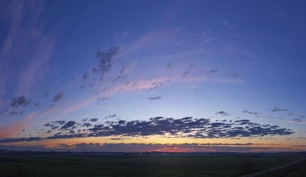 日没時に雲の形成と美しい空のローアングルショット 無料写真