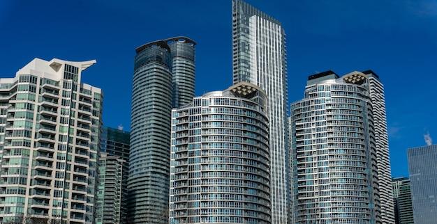 Снимок под низким углом зданий в харборфронт в торонто, канада Бесплатные Фотографии