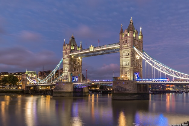 夜の時間の間にロンドンの有名な歴史的なタワーブリッジのローアングルショット 無料写真