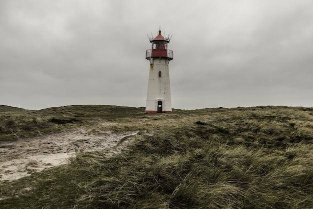 嵐の雲の下、ドイツのズィルト島にある灯台リスト東のローアングルショット 無料写真