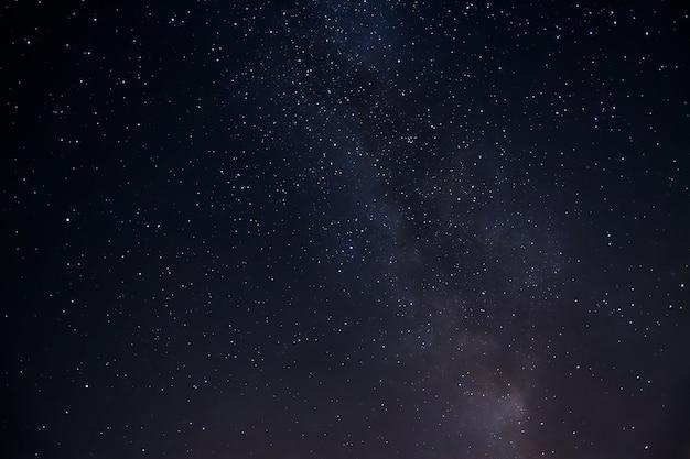 매혹적인 별이 빛나는 하늘의 낮은 각도 샷 무료 사진