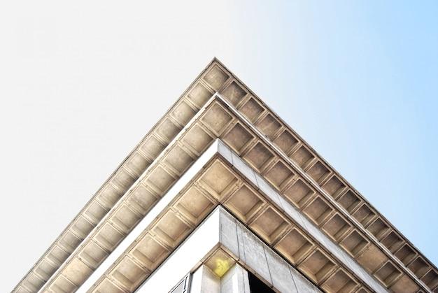 Низкий угол выстрела из угла старого здания библиотеки в бирмингеме, англия Бесплатные Фотографии