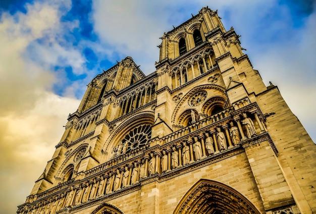 Снимок площади жан xxiii под красивым облачным небом в париже, франция. Бесплатные Фотографии