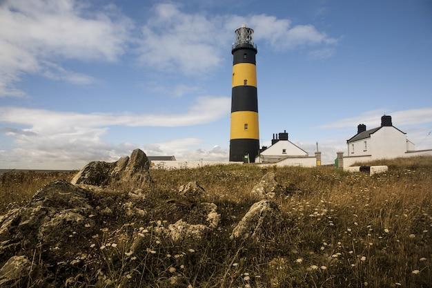 北アイルランドのダンドラムベイにあるキラーのセントジョンズポイント灯台のローアングルショット 無料写真
