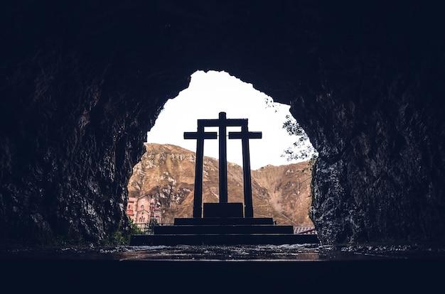 Низкий угол снимок каменных крестов святилища ковадонга, ковадонга, испания Бесплатные Фотографии