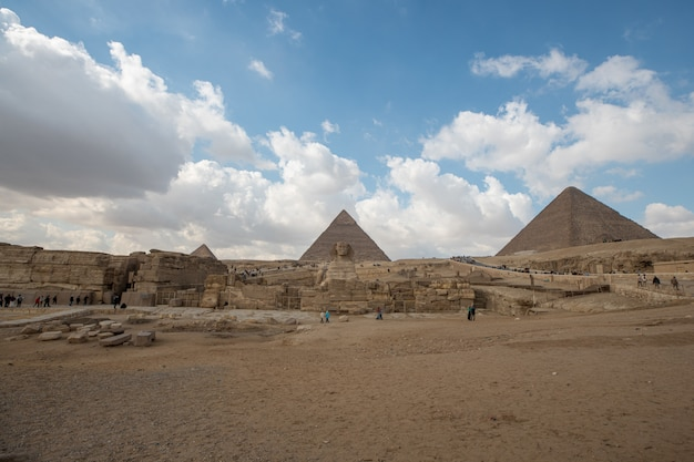Inquadratura dal basso di due piramidi egizie una accanto all'altra Foto Gratuite