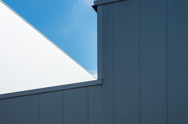Inquadratura dal basso di un edificio bianco con il cielo blu chiaro Foto Gratuite