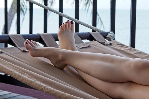 Inquadratura dal basso di una donna bianca rilassante in spiaggia in una calda giornata estiva Foto Gratuite