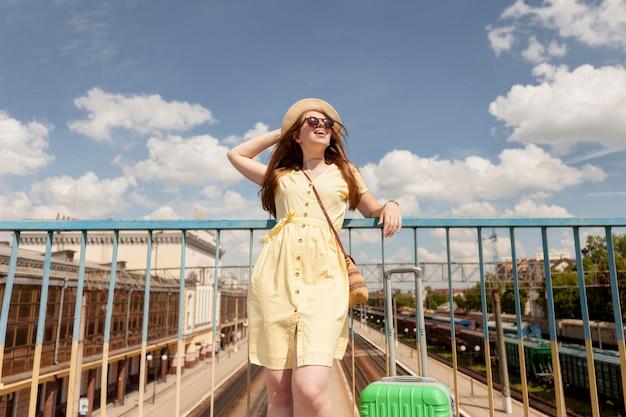 帽子をかぶっている低角度の観光客 無料写真