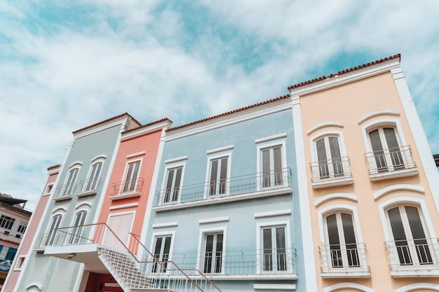 Inquadratura dal basso di edifici colorati sotto un cielo nuvoloso a rio de janeiro Foto Gratuite