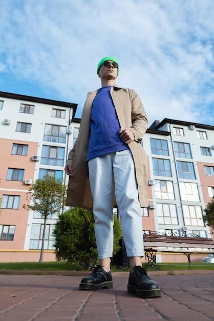평온한 젊은 남성의 낮은 각도보기는 하늘에 대한 것입니다 프리미엄 사진