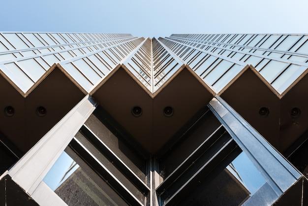 Низкий угол обзора современного золотого здания в финансовом районе торонто, канада. Premium Фотографии