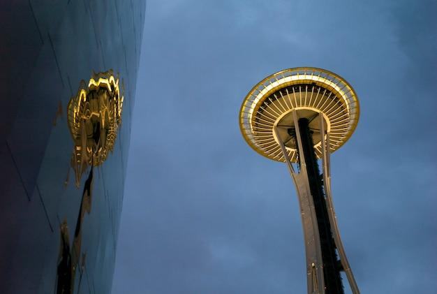 Empミュージアムとスペースニードル、シアトル、ワシントン州、米国の低角度のビュー Premium写真