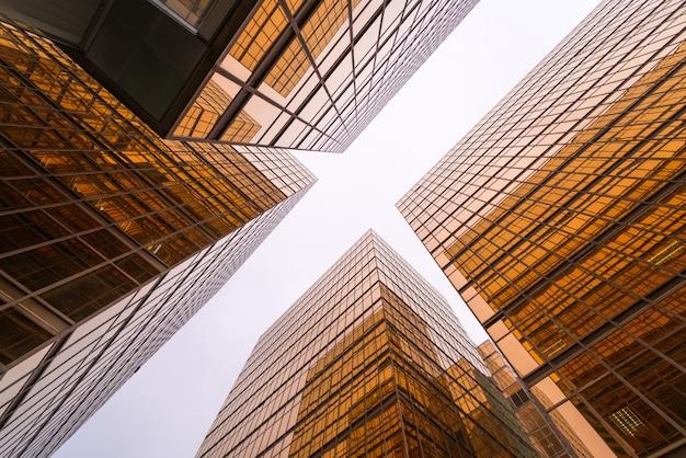 골드 현대적인 마천루 비즈니스 건물의 낮은 각도보기. 프리미엄 사진