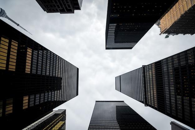 トロントのダウンタウンにあるモダンな高層ビルのローアングルビュー Premium写真