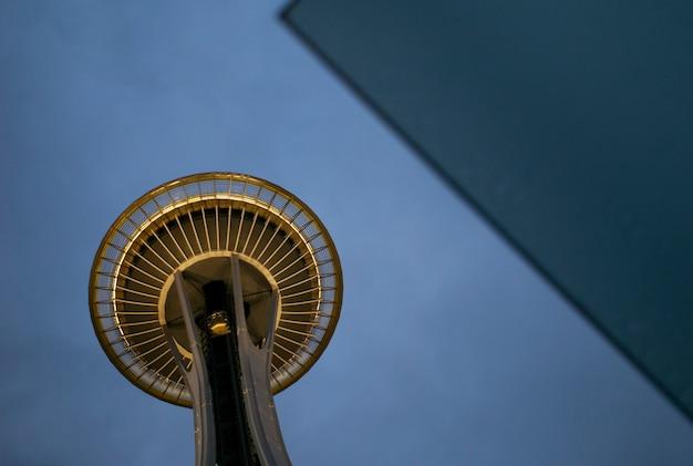 スペースニードル、シアトルセンター、シアトル、ワシントン州、米国の低角度の景色 Premium写真