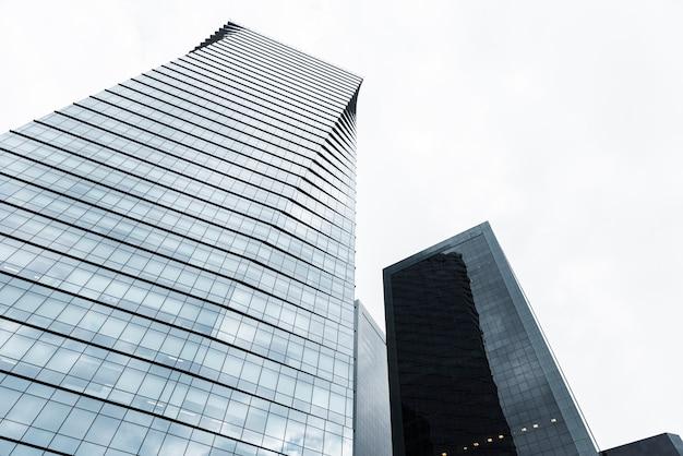 Низкий угол зрения высотных зданий Бесплатные Фотографии