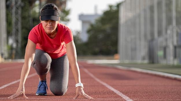 Женщина с низким углом готова к запуску Premium Фотографии