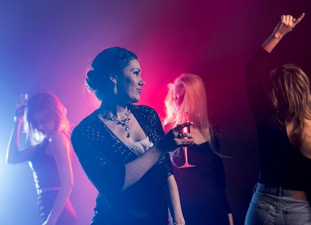 Низкий угол женщина с напитком танцы Бесплатные Фотографии