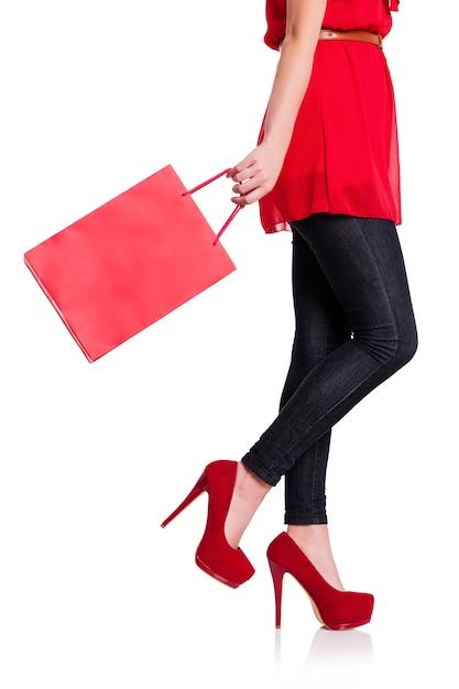 그녀의 빨간 쇼핑백을 가진 여자의 낮은 섹션 무료 사진