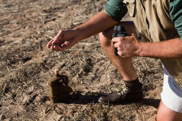 フィールドに泥を持って男の低いセクション 無料写真