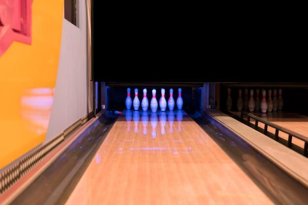 Pista da bowling bassa vista con flooer in legno Foto Gratuite