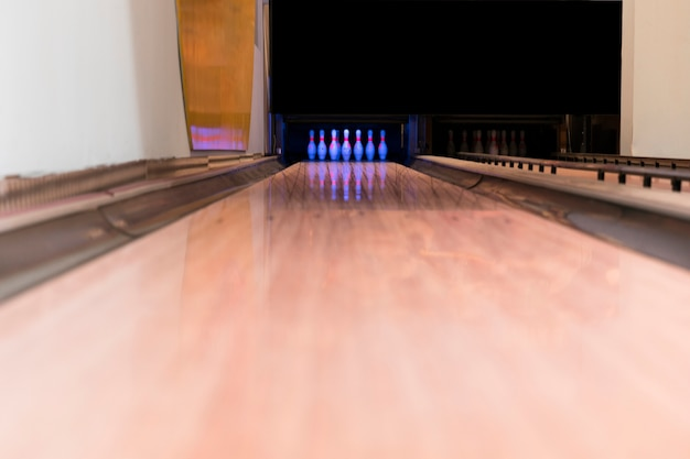 Low view bowling alley Free Photo