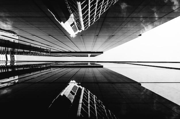 ロービューモダンな高層ビルのオフィスビル 無料写真
