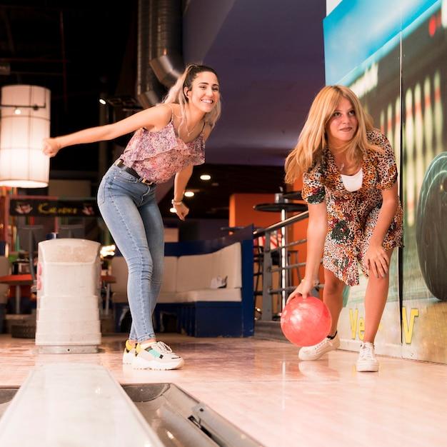 Visione bassa, donne, gioco bowling Foto Gratuite