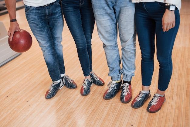 Parte inferiore dei corpi. vista ritagliata di persone al bowling pronte a divertirsi Foto Gratuite