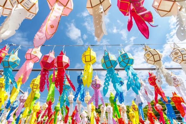Красочный тайский стиль фонаря в loy kra thong фестиваля, чиангмай, таиланд Premium Фотографии