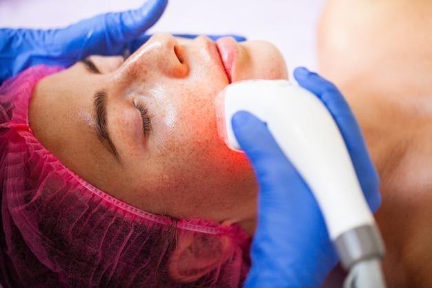 Женщина получает аппаратный массаж lpg в клинике красоты. Premium Фотографии