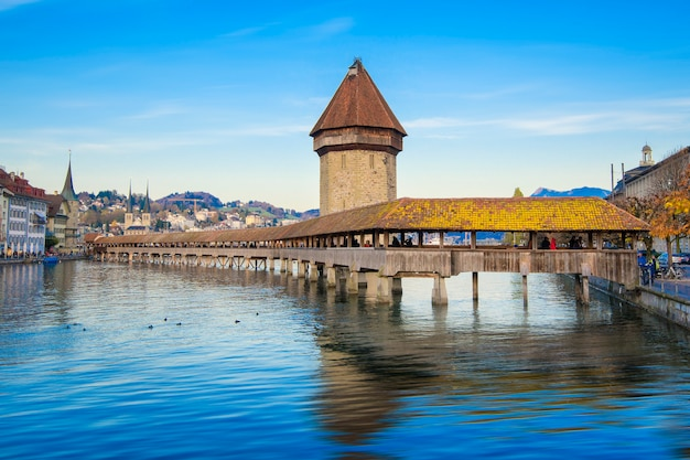 Lucerne, switzerland. historic city center with its famous chapel bridge and mt. pilatus on the background. (vierwaldstattersee), Premium Photo