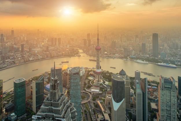 Вид с воздуха горизонта шанхая на деловом центре lujiazui pudong центральном в шанхае, китае. Premium Фотографии