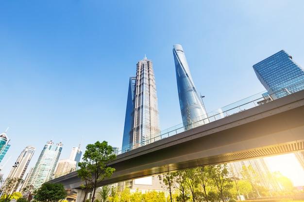 Шанхайский всемирный финансовый центр небоскребов в группе lujiazui Premium Фотографии