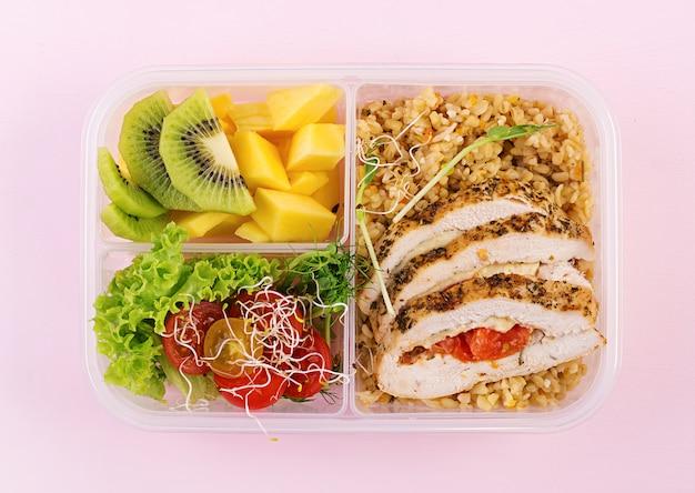 도시락 치킨, Bulgur, Microgreens, 토마토 및 과일. 건강 피트니스 음식. 치워 점심 도시락. 평면도 무료 사진