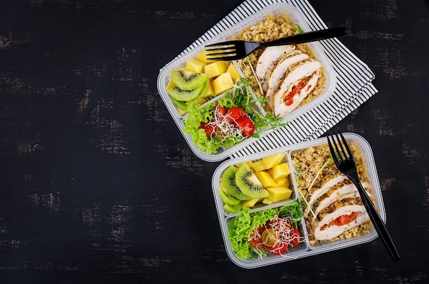 Lunch box  chicken, bulgur, microgreens, tomato  and fruit. Premium Photo