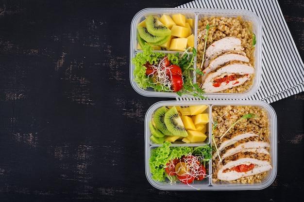 닭고기, Bulgur, Microgreens, 토마토 및 과일 도시락 프리미엄 사진