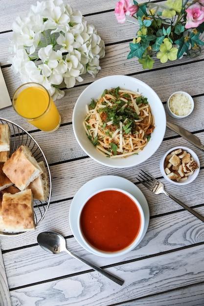 Pranzo set minestra spaghetti cracker parmigiano Foto Gratuite