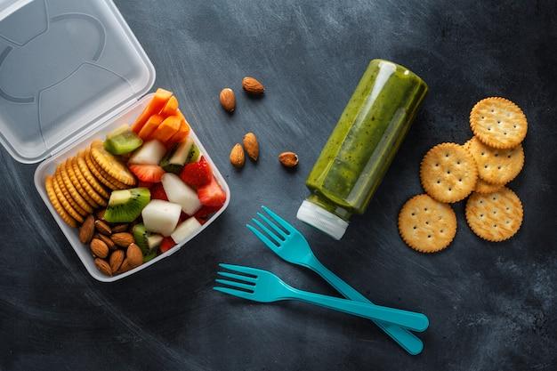 상자에 과일과 야채와 함께하는 점심. 위에서 볼 수 있습니다. 무료 사진