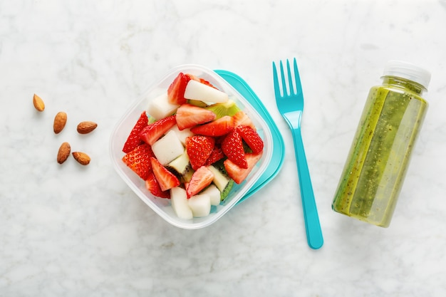 상자에 과일과 함께하는 점심 무료 사진