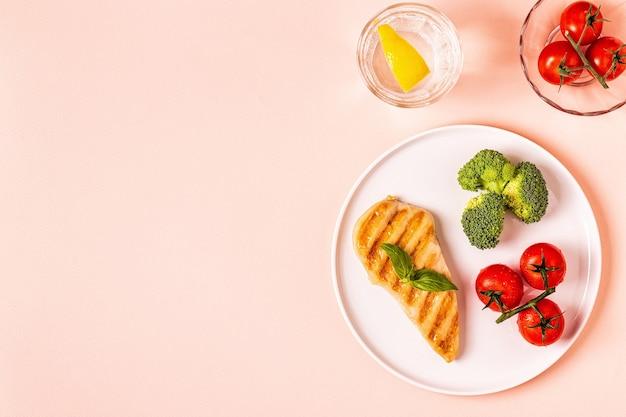 チキン、ブロッコリー、トマトのランチ Premium写真